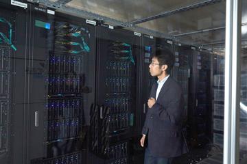 東京大学本郷キャンパスの素粒子物理国際センターに設置された、ATLAS実験のデータ解析拠点のひとつ「ATLAS地域解析センター」。CERNをはじめ、実験に参加する研究機関のコンピュータと接続され、コンピュータに記録されたデータの解析を行う。