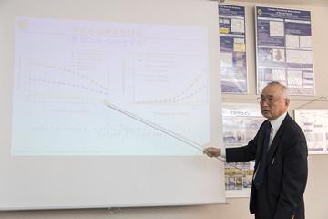 電波による乳がんの検査技術について解説する吉川公麿教授。「医療の発展には工学の力が大きく寄与できる」と語る。