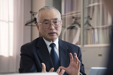 現在、同研究所の所長を勤める吉川氏は、日本電気(NEC)の研究所で長年にわたり半導体の研究を行った後に、広島大学へと赴任した。