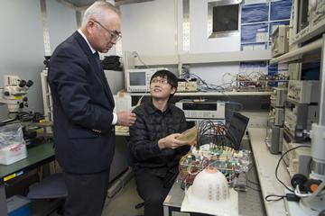 中国・天津大学から留学してきた、大学院博士課程学生の宋航さん。天津大学在学中から吉川教授と共同研究を行っており、宋さんも乳ガン検査デバイスの製作や実験を行う。