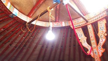 天野教授らの研究の結果、人類は省エネ効果の高い白色LED照明を手にすることができた。写真は、遊牧生活を営むモンゴルの家族のゲルの中で輝く白色LED電球。(写真は名古屋大学提供)