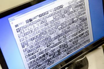 安岡教授が2005年に作成した「拓本データベース」にて「京」の文字を検索した結果の一部。これは京都大学人文科学研究所附属漢字情報研究センター(当時)所蔵の石刻拓本資料から、安岡教授らが各時代の石碑などに書かれた文字を切り抜き同じ文字ごとに集めデータベース化したもの。ある文字が時代とともにどのように変わってきたかが可視化できる。