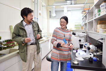 ヒラムシの研究をする大学院生森田さんと。センター内での研究者どうしの交流は多く、センター内での共同研究も頻繁に行われている。