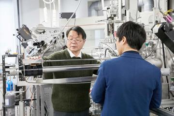 センター内にある実験設備を前にして、現場で研究員と議論を交わすことも。