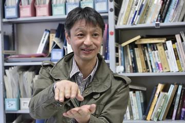 地球内部の構造をわかりやすく説明してくれる山崎准教授。