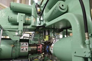 横方向と上下、合わせて六方向から加圧できる六軸加圧装置。精度よく圧力をかけられるので、超高圧力下での実験に使用できる。