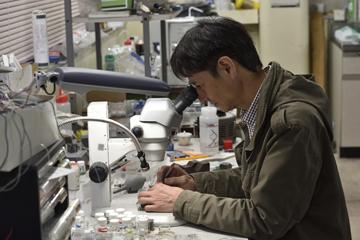 扱う結晶は非常に小さいため、作業は顕微鏡下で行われる。