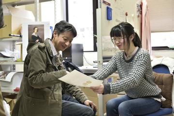 学生に研究のアドバイスをする山崎准教授。研究への思いは、人から人へ、たしかに受け継がれていく。