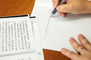 日本人には暗号としか見えないチベット文字を、流暢に書く星教授。チベット人から現地の書道を教わった結果だという。
