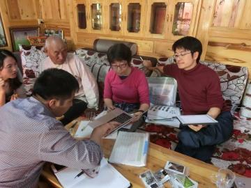 チベット・アムド地方の牧畜地域における牧畜語彙調査の様子。2017年7月撮影。(写真は星教授提供)