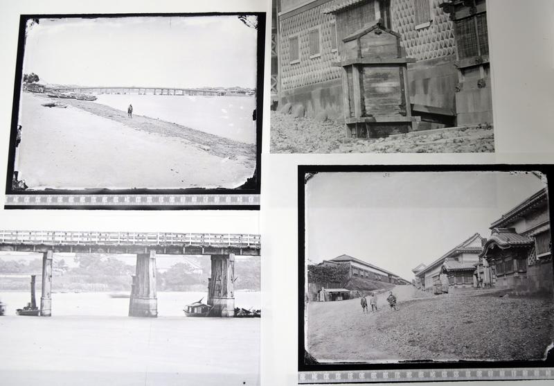 (左半分)隅田川西岸(下流方向)から両国橋を望む古写真。上が古写真の全体像で、下が橋の部分のアップ。橋桁の向こうに、幕府の米蔵が写っている。(右半分)赤坂門内の旧松江藩邸。下が反転加工したガラス原板画像の全容で、坂の右手が藩邸。上の写真は、門前に置かれた木製の桝のアップ。ここから上水道を屋敷内に引き込んでいる。また、坂の下、左手に見える小屋が茶店で、その手前に立つ男たちは「立ちん棒」や車夫と思われる。(画像は保谷教授提供)