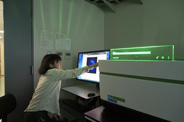 研究所内に設置された最新鋭の細胞解析システム。このシステムを用いることにより、高速かつ詳細な生きている細胞の解析が可能となった。