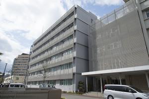 広島大学原爆放射線科学研究所の外観。研究所がある広島大学霞キャンパス内の医学資料館には、被曝時の爆風でガラス片が突き刺さった医学部の薬品棚など、貴重な資料が展示されている