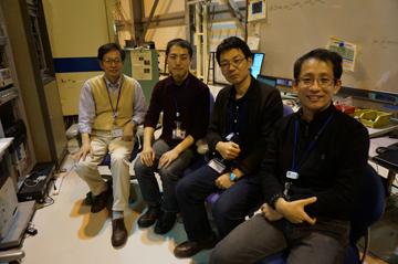 宇治キャンパスの研究室で学生たちと。左端が辻井教授。(辻井教授提供)