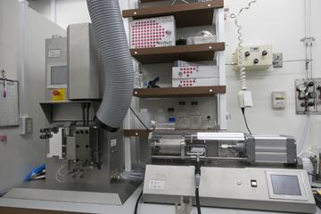 「パルプと樹脂から、軽量・高強度な樹脂をつくり出す装置。パルプが解繊(=繊維をバラバラにすること)され、セルロースナノファイバーと樹脂が混ざることで軽量・高強度な樹脂ができる。このとき、「ブロック共重合体」という物質がセルロースナノファイバーと樹脂をつなぎ、特性を大幅に向上させる働きをする。