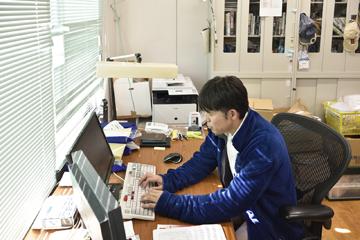 海外の研究者とのやり取り、共同利用で機器を利用する研究者、センターに所属する学生・研究員の指導から学部での講義、そして自らの研究も進める木庭教授の日常は極めて多忙だ。
