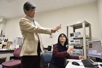 データについて大学院生と話し合う森井教授