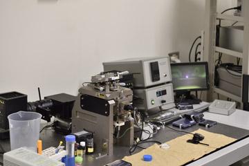 原子間力顕微鏡。探針と試料表面を微小な力で接触させ、物質と物質の間に働く原子間力を測定することで微小な試料の表面の形状を知ることができる。