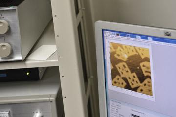 原子間力顕微鏡で見たDNA折り紙で作った分子。設計した通りの形になっているかどうかを直接観察して確かめる。見た目はまるでスナック菓子のようだ。