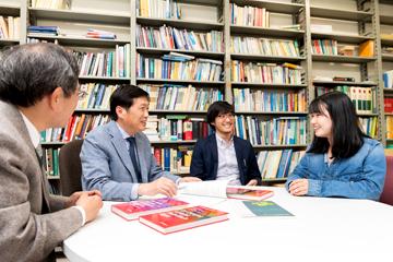 黄教授は、学生たちととても気さくにやり取りをする。と同時に、社会で必要な力をしっかり身に付けてもらうために、文章の書き方や論理的な話し方などを含めて、丁寧に指導する。