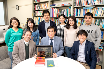 黄教授が指導する学生は全員が大学院生で、海外出身者も多い。後列は左端の女性を除く5人が中国からの留学生だ。