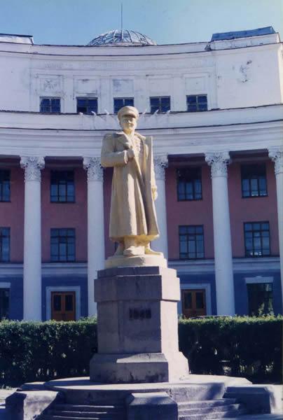岡教授が留学していたモンゴル国立大学。像は創立者のチョイバルサン。