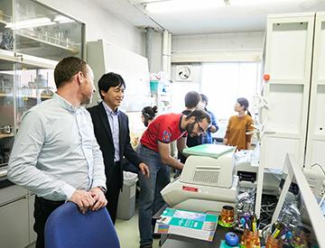 研究室には、海外からの研究生や学生も多い。