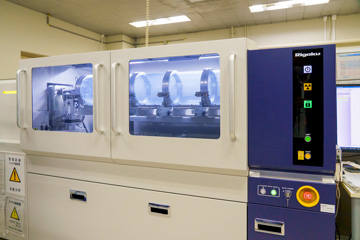 研究室に設置されているX線小角散乱装置。主にソフトマターや生物試料のナノ構造解析に使用される。