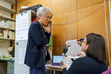 杉山研究室では、教授自らが研究員のデスクをまわり、研究の進捗について話し合いが行われる。研究員のいる部屋は、教授が命名したユニークな名前が付けられている。