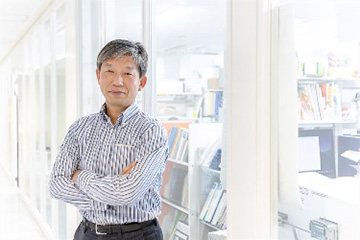 「私たちがこだわっているのは、神経回路を再構築できる神経細胞の作製です」と話す髙橋教授。iPS細胞研究所内にて。