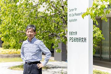 iPS細胞研究所の前で。研究所ができる前は野原だった。髙橋教授が大学院生のときは、よくここでキャッチボールをしていたそうだ。