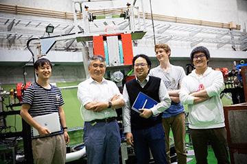 研究室のメンバーと。須田教授の明るい雰囲気が印象的で「学生時代は落語と麻雀と酒の日々でした」という言葉に納得。須田教授の右隣が、現在中心的に研究を率いる本多佑記助教。