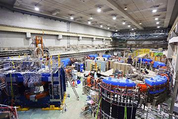 1.3GeV電子シンクロトロン。周長は約50mあり、大学が所有する加速器としては日本最高のビームエネルギーを誇る。(写真提供 須田教授)