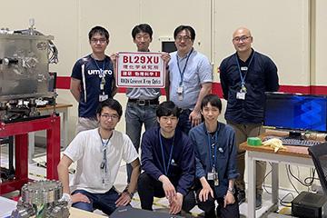 研究室のスタッフ、大学院生たちと。普段利用しているSPring-8のビームラインにて。