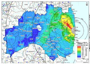 文部科学省が2011年3月から4月にかけて調査した、福島県の空間線量を示す地図。原発から北西の方向に向かって高い線量を示している。