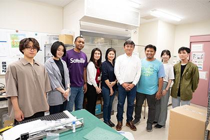 研究室に所属する日本人学生と海外からの留学生に囲まれて。この研究室からこれまでに何人も放射線のプロフェッショナルが巣立っていった。