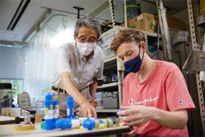 世界中が注目する放射性物質を研究テーマとするだけに、恩田教授の研究室には、世界各国からポスドクらが学びにやってくる。
